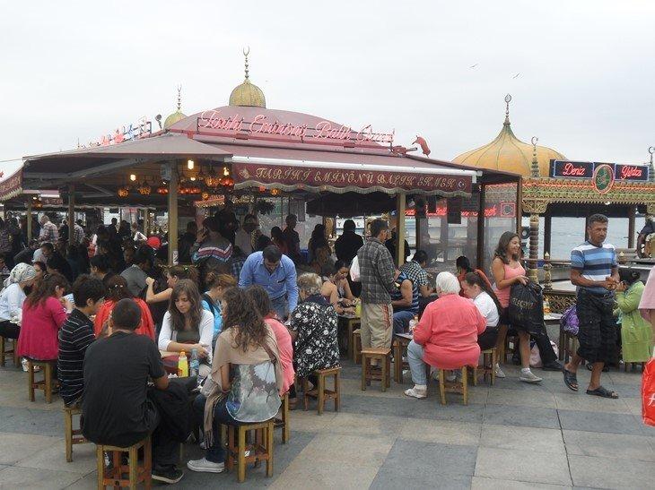 Bocadillos de caballa en Estambul