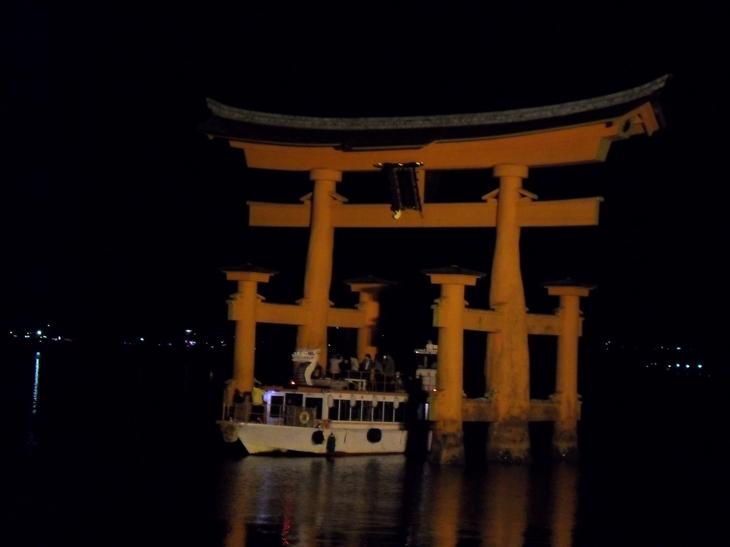 Barco de noche en Miyajima