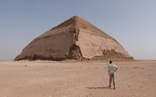 Contemplando_Piramide_Combada_Dashur