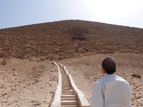 Contemplando_Piramide_Roja en Dashur
