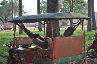 Conductor de Tuk-Tuk descansando