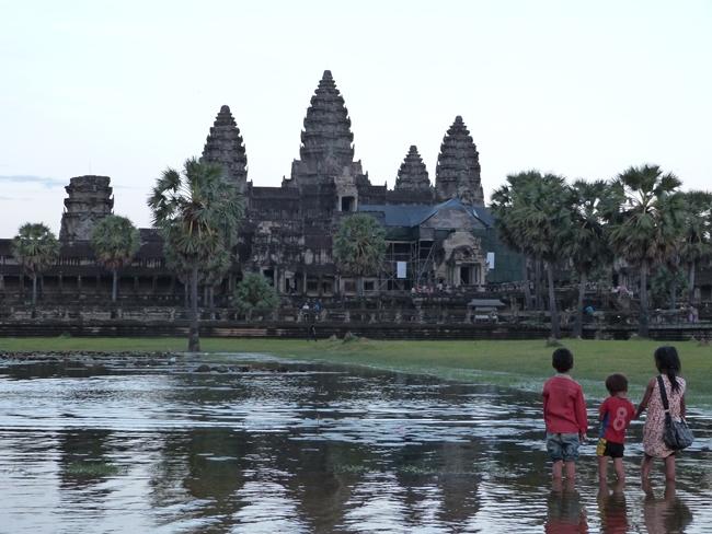 Niños contemplando Angkor Wat