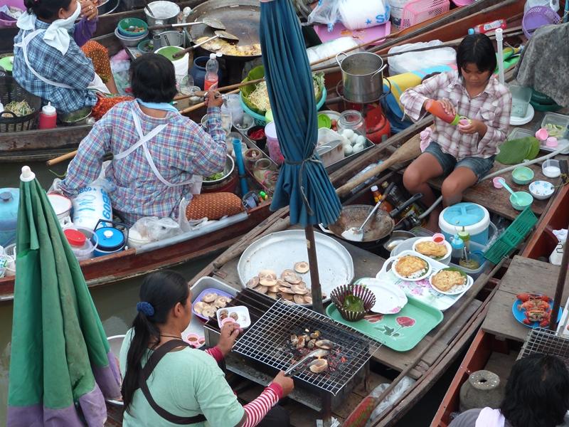 Cocinando en las barcas de Ampawha