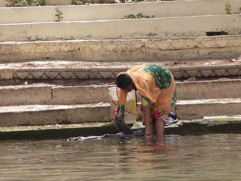Señora lavando en Udaipur a orillas del Pichola