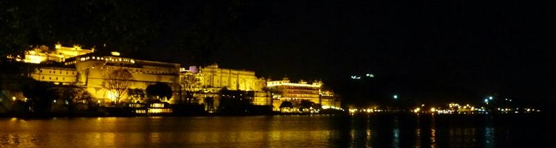 El City Palace de Udaipur de noche