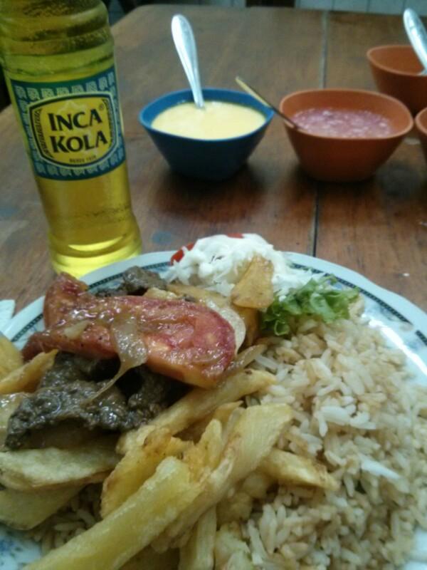 Lomo saltado con Inca Kola