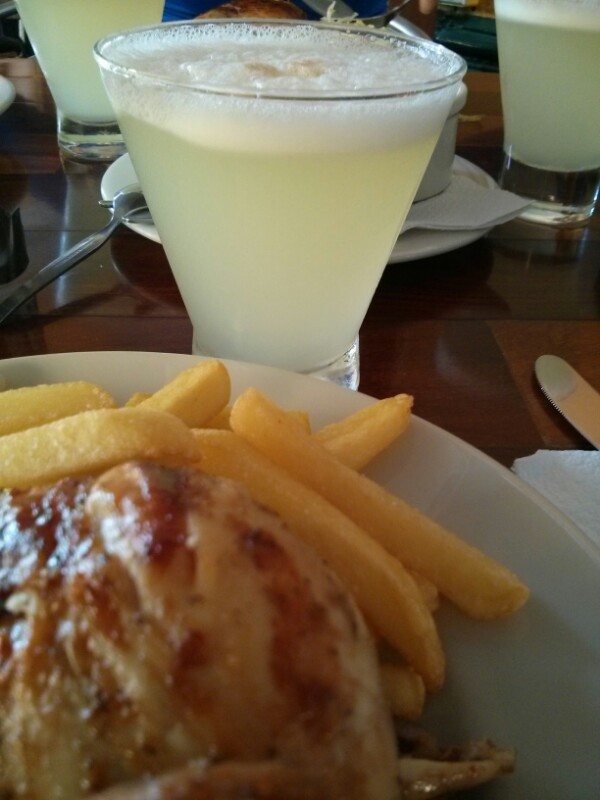 Pollo a la brasa y Pisco Sour