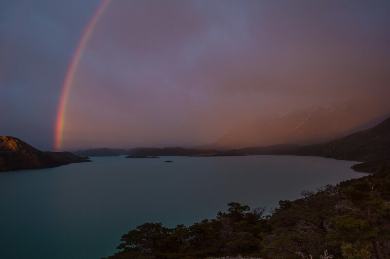 Arco iris al amanecer en Torres del Paine