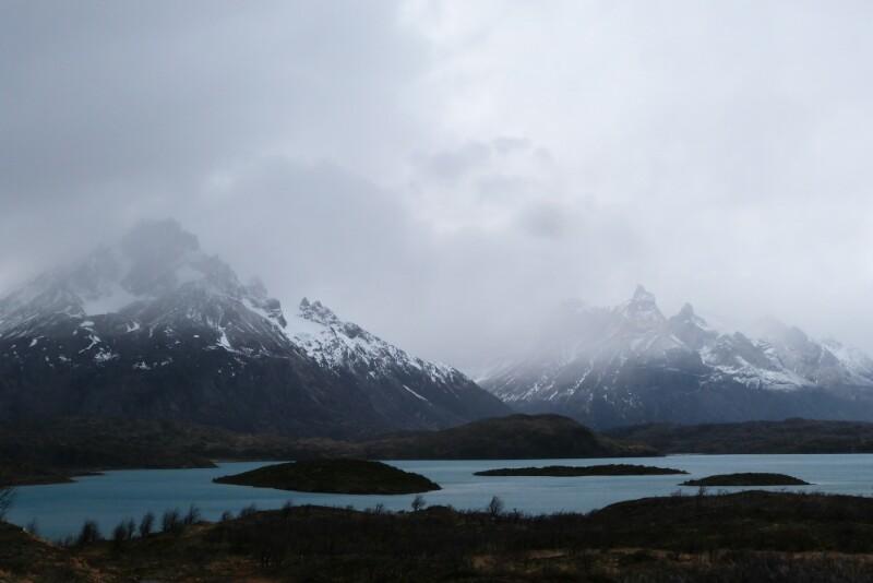 Llegando a Paine Grande entre el lago Pehoe y las montañas