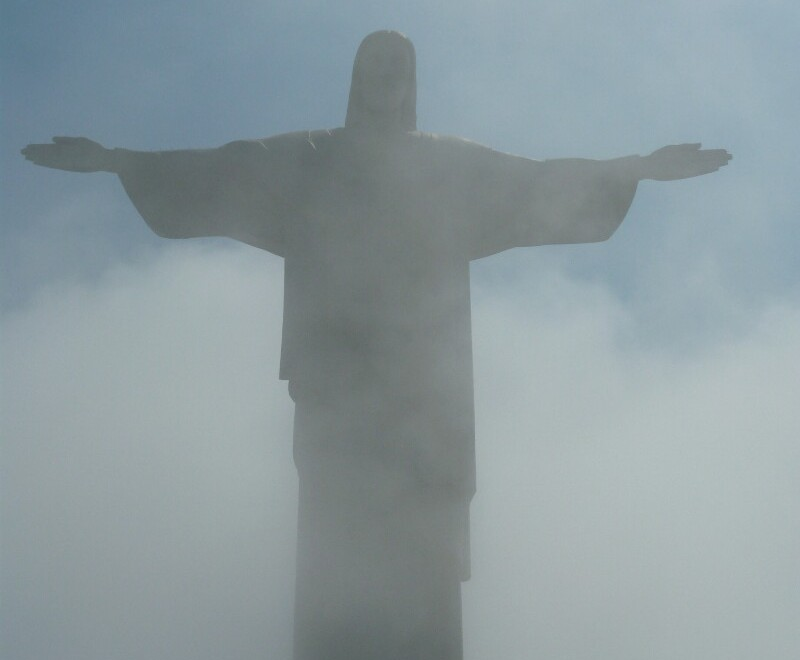 Cristo Redentor entre la densa nubosidad