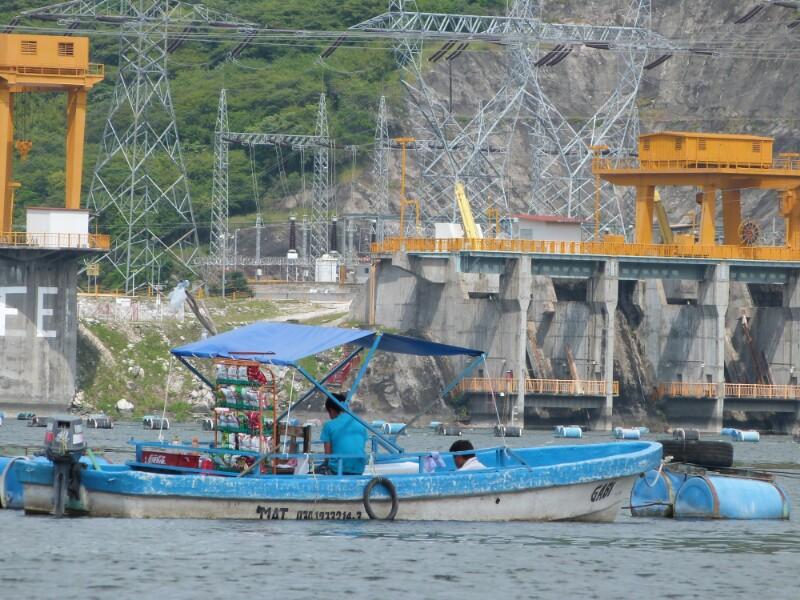 El bar acuático y la central hidroeléctrica