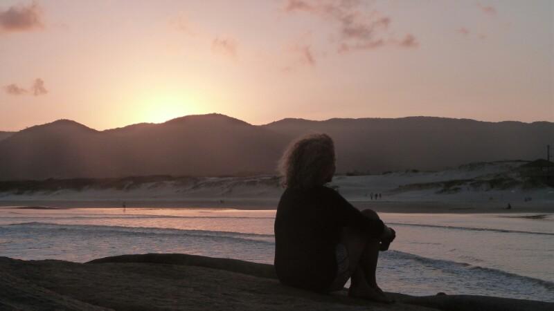 Pensando en el futuro al atardecer