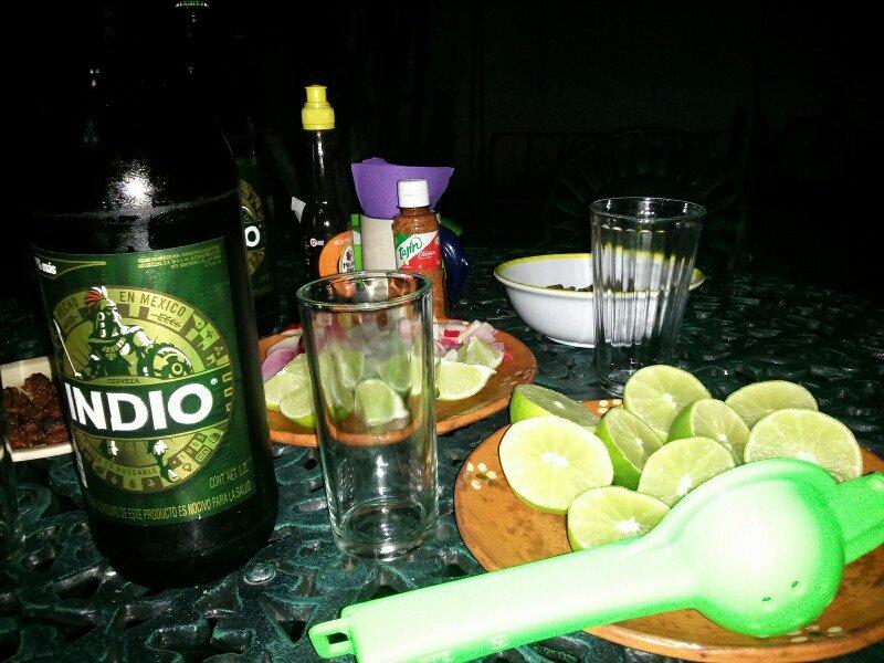 Cena con mexicanos y micheladas