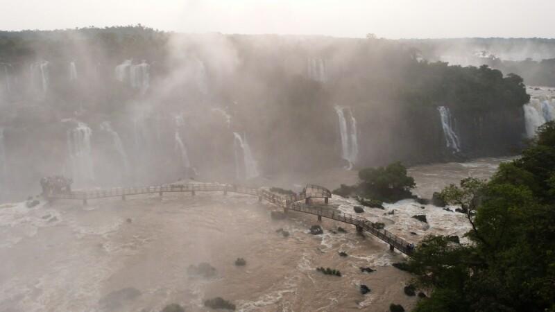 Iguazú en estado puro: agua, saltos, plataforma, reflejos