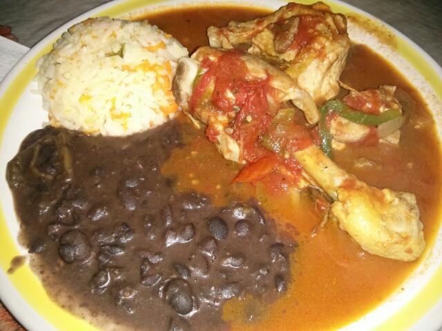 Levanta muertos: pollo con arroz y alubias en Palenque