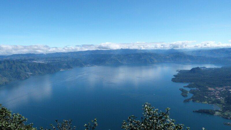 Vistas del lago Atitlan desde el volcán San Pedro
