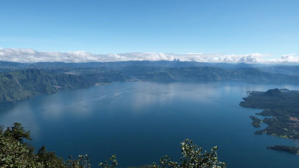 Colores del ago Atitlán desde la cima de San Pedro