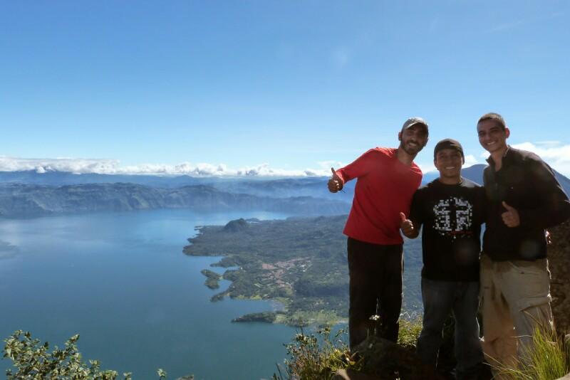 El grupo feliz tras llegar a la cima del volcán