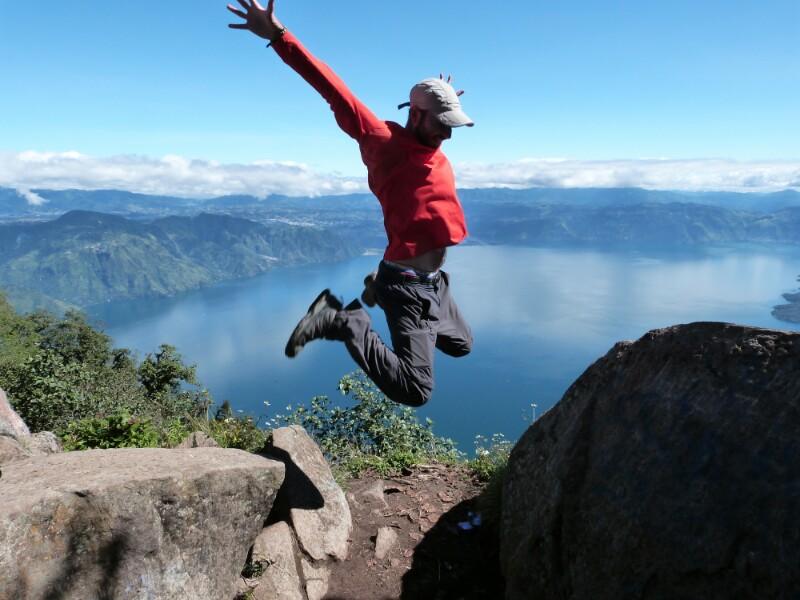 Sobrevolando el lago Atitlán desde la cima de San Pedro