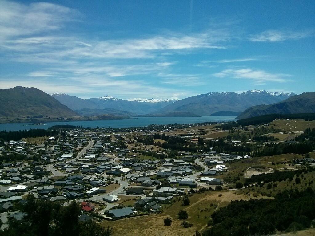 El lago y la ciudad de Wanaka desde el Mt. Iron