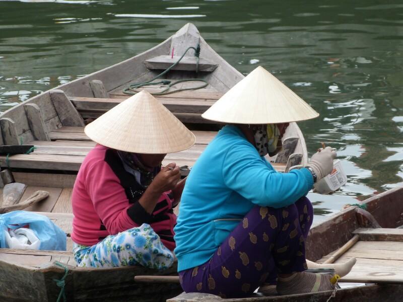 Vietnamitas comen en Hoi An