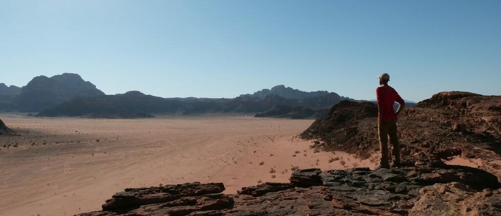 Contemplando el desierto de Wadi Rum
