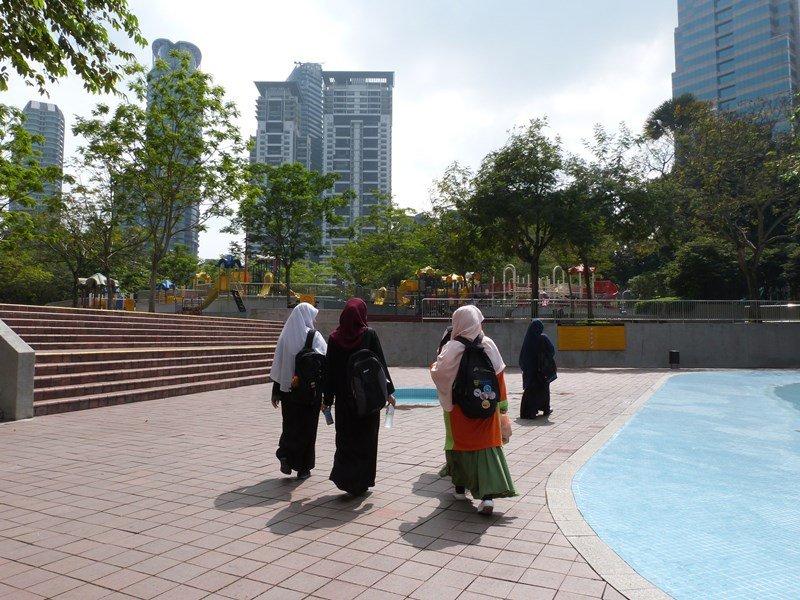 Chicas paseando por la zona de KLCC en KL