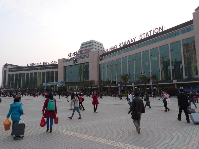 A la salida de la estación de Guilin