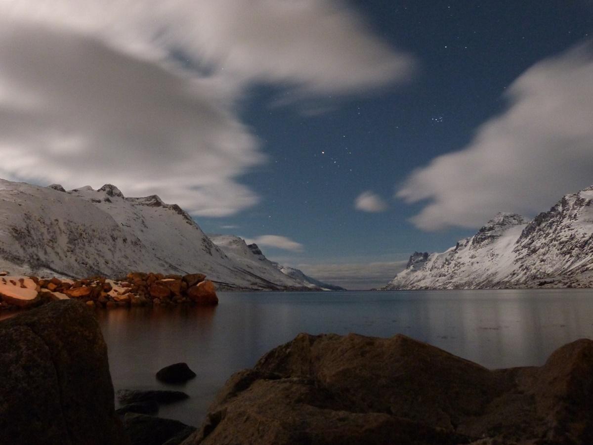 El fiordo esperando a las Auroras