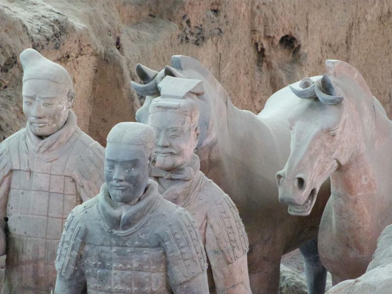 Primer plano de guerreros y caballosPrimer plano de guerreros y caballos