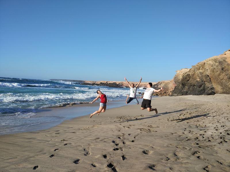 Sobrevolando la playa de Ojos