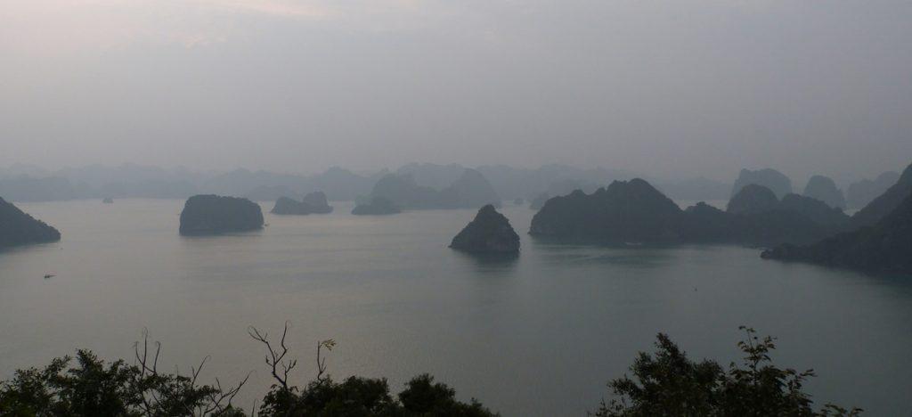 Atardecer y niebla en Ha Long
