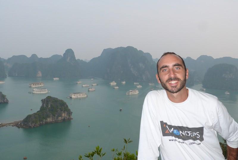 Feliz en la bahía de Ha Long