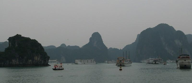 La bahía de Ha Long al amanecer