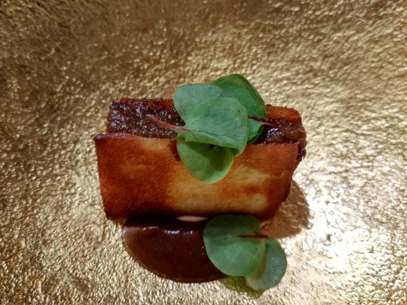 Sándwich crujiente de rabo de toro al mole negro