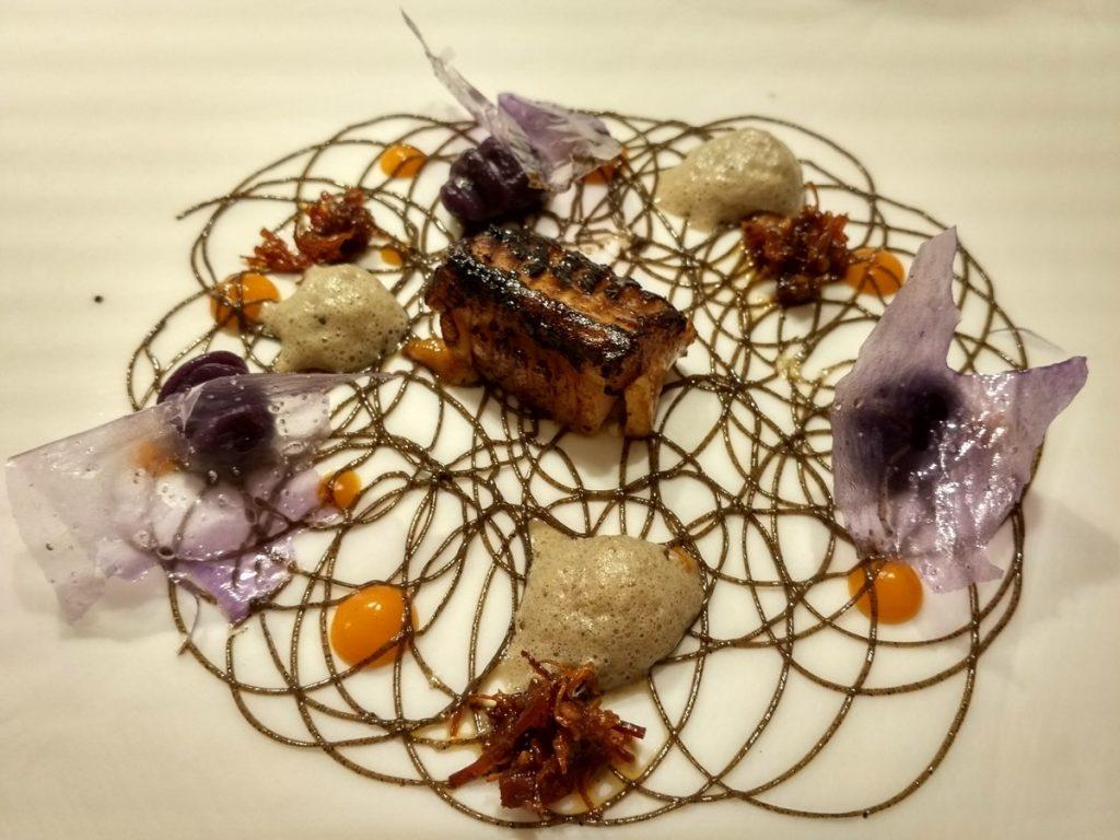 Chuletón de raya asado con pimientas del mundo… a la mantequilla de ajos negros, kimchi casero, salsa XO y gnochis de patata violeta