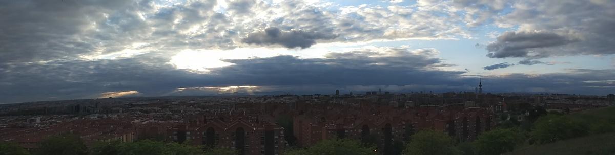 Panorámica de atardecer nuboso