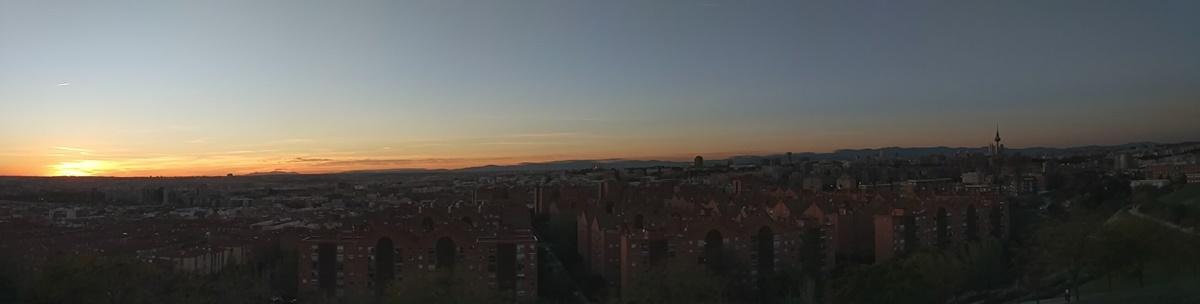 Panorámica de un atardecer despejado en Madrid