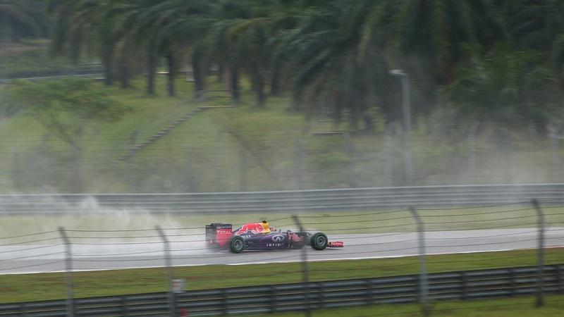 Un Red Bull bajo la intensa lluvia de Sepang