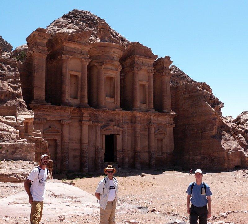 El grupo en el Monasterio de Petra