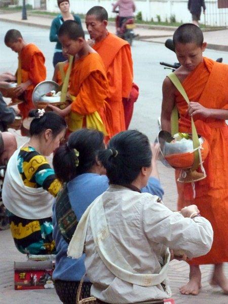 Ceremonia de las limosnas en LuangPrabang