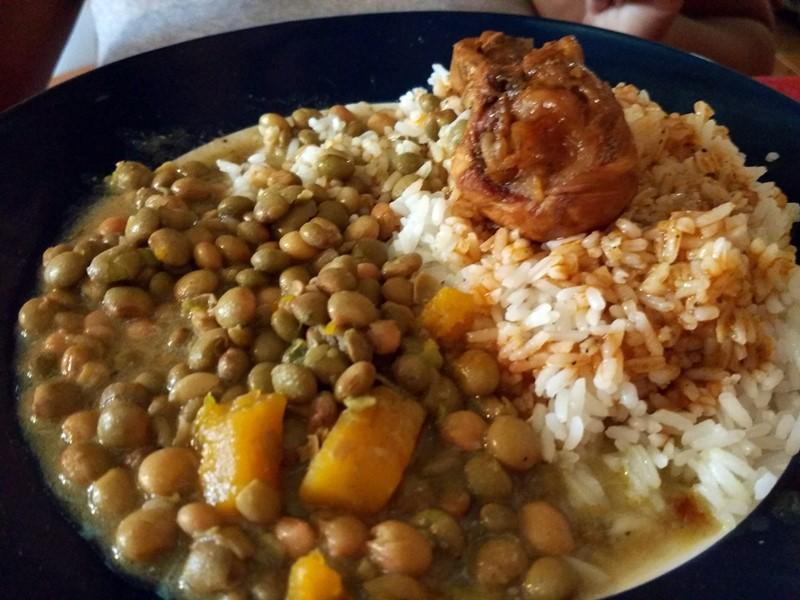 Pollo guisado con guandules y arroz