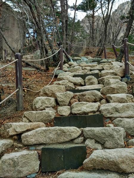El camino de ascenso a Ulsanbawi