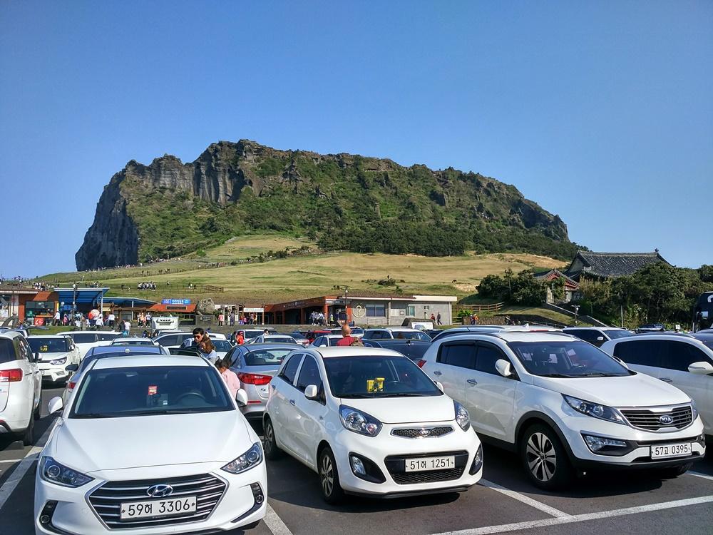 El cono volcánico de Jeju visto desde el parking