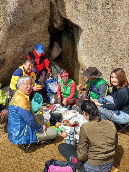 Grupo de coreanos celebran con una comida el ascenso