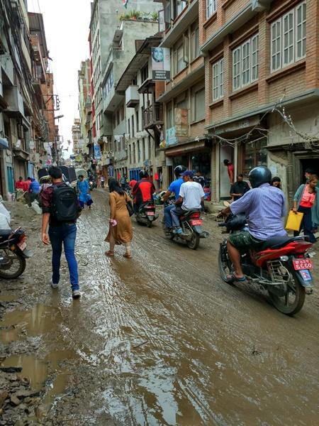 Aspecto de una calle de Katmandú tras llover