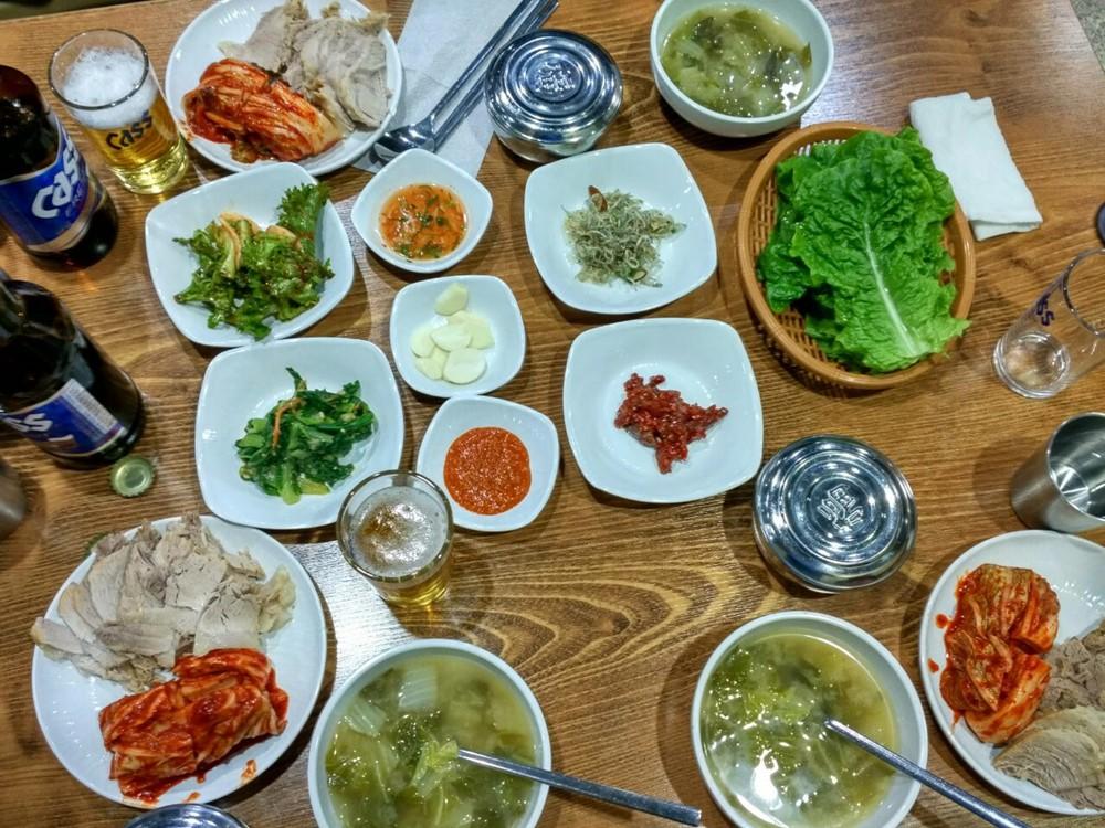 Despliegue gastronómico en nuestra primera noche en Corea