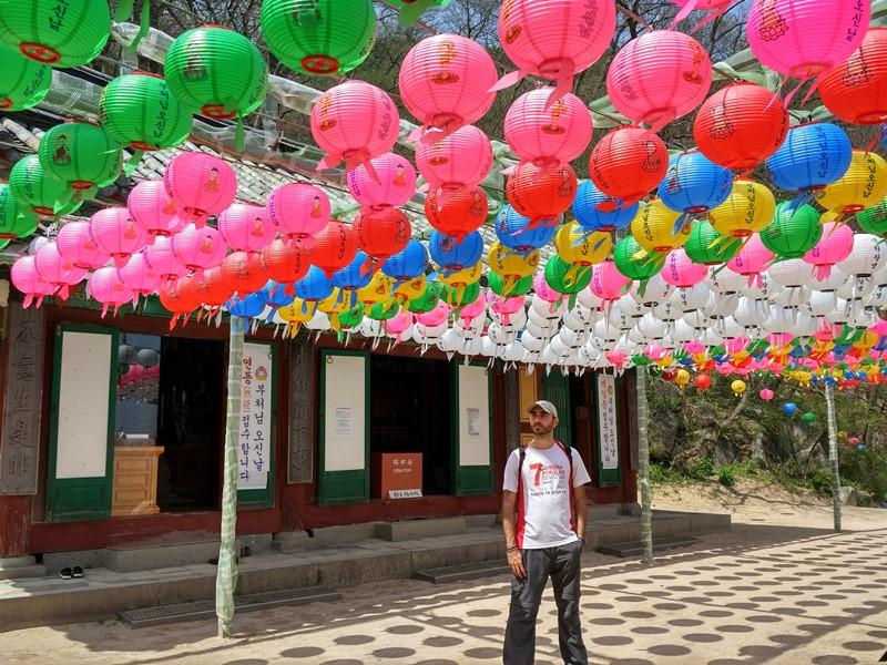 Pasando desapercibido en un templo de Corea
