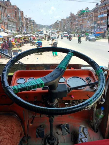 Primer plano del bus a Dhulikhel