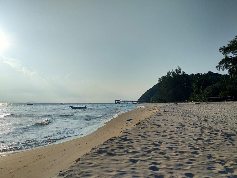La playa del embarcadero de Kapas, desierta al atardecer